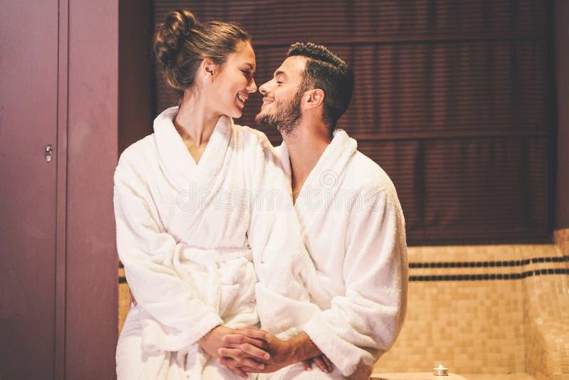 Storia di amore delle coppie che ha un momento di passione nella loro luna di miele di vacanza - abbracci baciare romantico degli fotografia stock