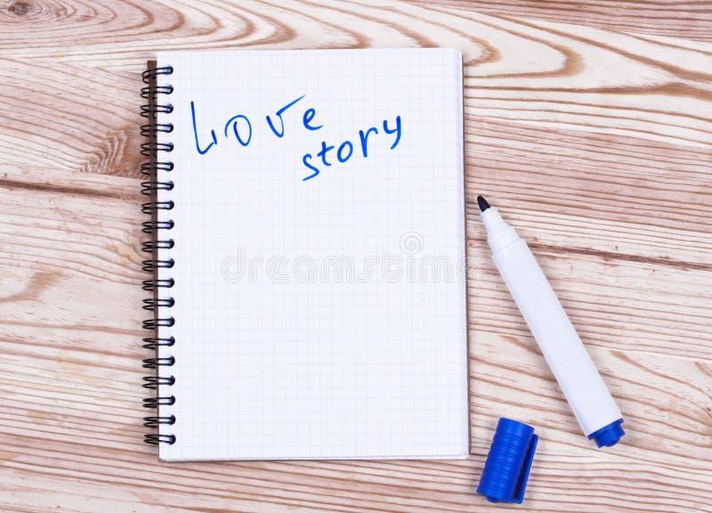 Storia di amore e penna di scrittura del libro fotografia stock