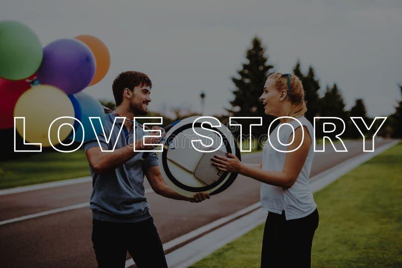 Storia di amore Guy Gift Monocle Ragazza sorpresa fotografia stock