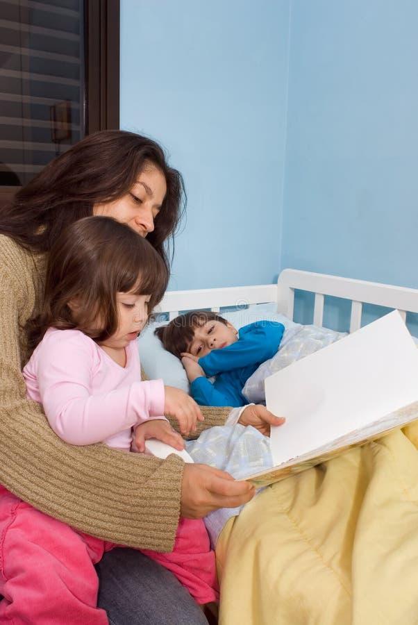 Storie di ora di andare a letto della lettura della mamma fotografia stock immagine di ragazza - Storie di letto ...