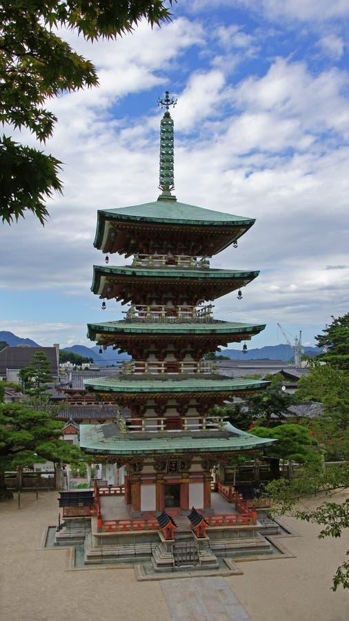 Storied pagod fem av Kosanji Temple i Japan royaltyfria foton