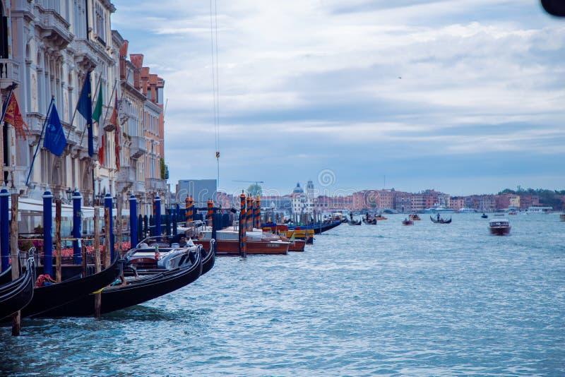 Storkanalen i Venedig Linda lämnade Parking-partiet. royaltyfri bild
