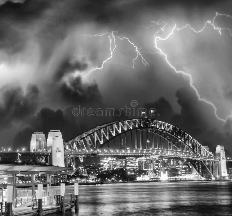 Storm över Sydney Harbour Bridge, Australien arkivfoto