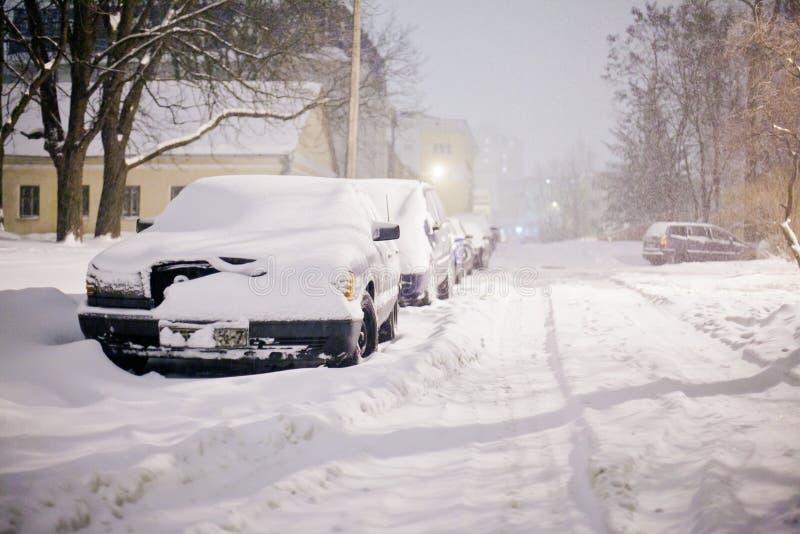 Storm för tung snö som blåser i stadsgator av bostadsområde royaltyfri foto