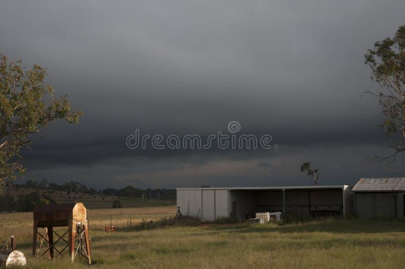 Storm nära ett lantgårdskjul arkivbild