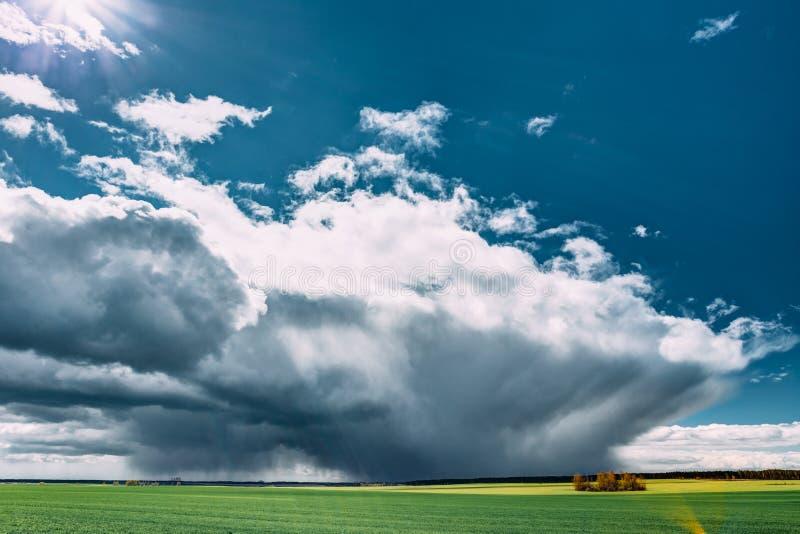 Storm och regn ovanför lantligt fält för bygd eller änglandskap arkivfoton