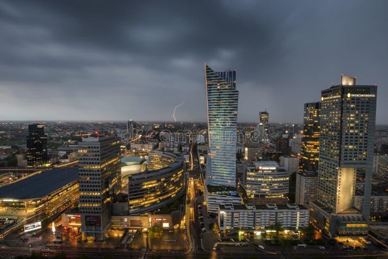 storm over het moderne stadscentrum royalty-vrije stock afbeeldingen