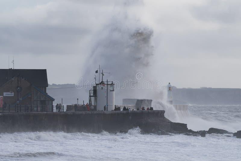 Storm Pablo in Porthcawl, South Wales, Vereinigtes Königreich lizenzfreie stockfotos