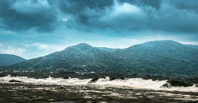 Storm som bildar runt om bergen arkivfoto