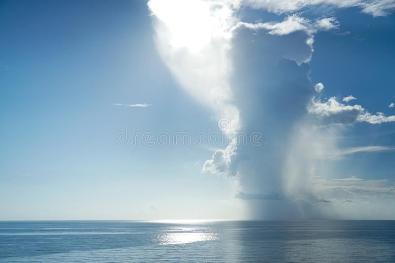 Storm som flyttar sig över havet arkivbilder