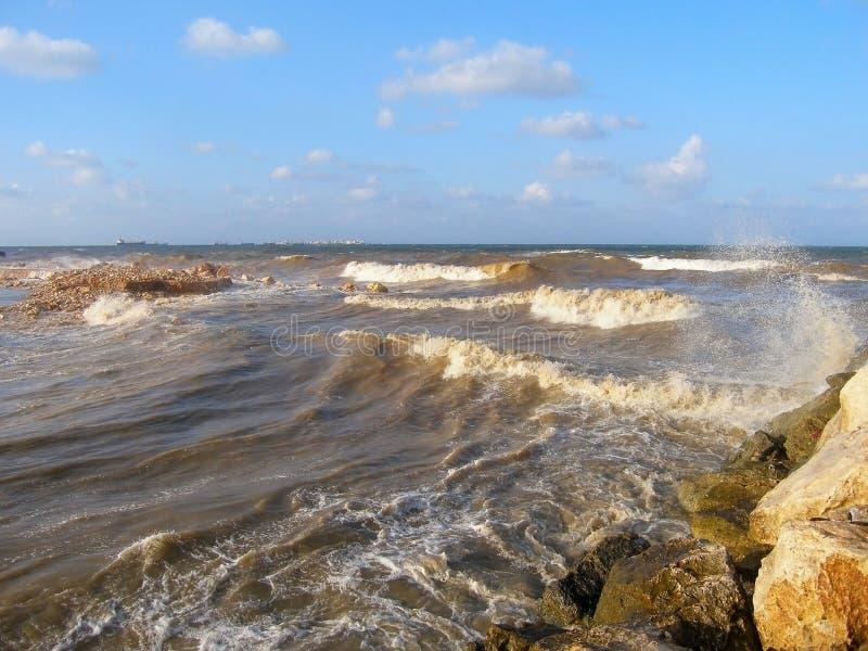 Storma i medelhavet av kusten av Syrien, Tartus, mitt emot ön av Arwad royaltyfria bilder