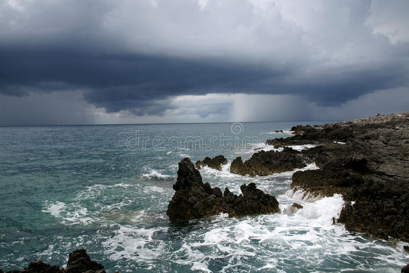 Storma oklarheter över havet. royaltyfri fotografi