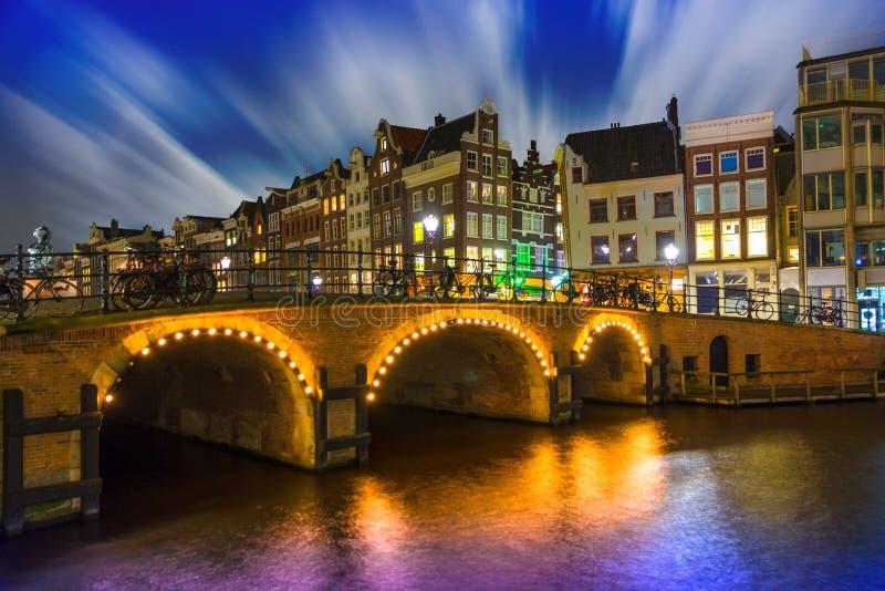 Storma på Amsterdam på natten, den Singel kanalen arkivfoto