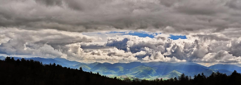 Stormachtig berglandschap royalty-vrije stock foto's