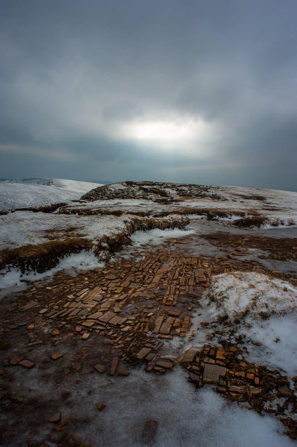Stormachtig heuvel hoogste licht royalty-vrije stock foto