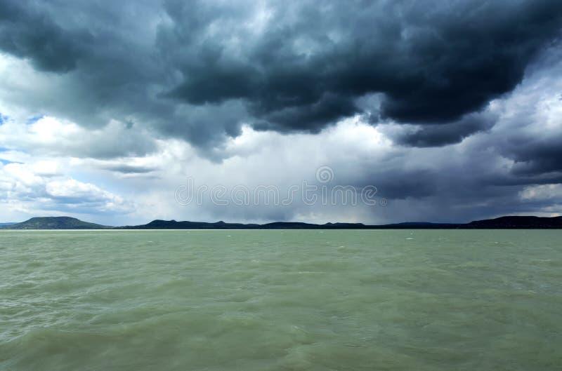 Stormachtig landschap van Meer Balaton, Hongarije stock afbeeldingen
