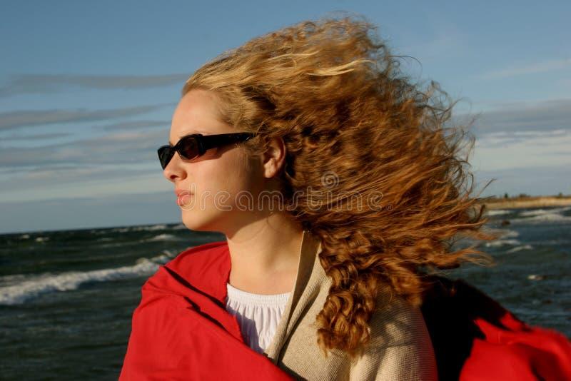 Stormachtig meisje in zonglases stock fotografie