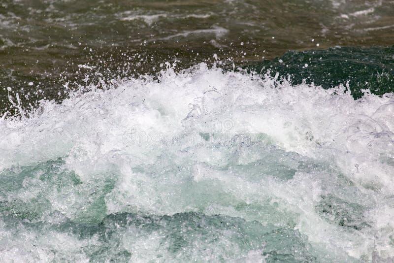 Stormachtig oceaanwater als achtergrond stock fotografie