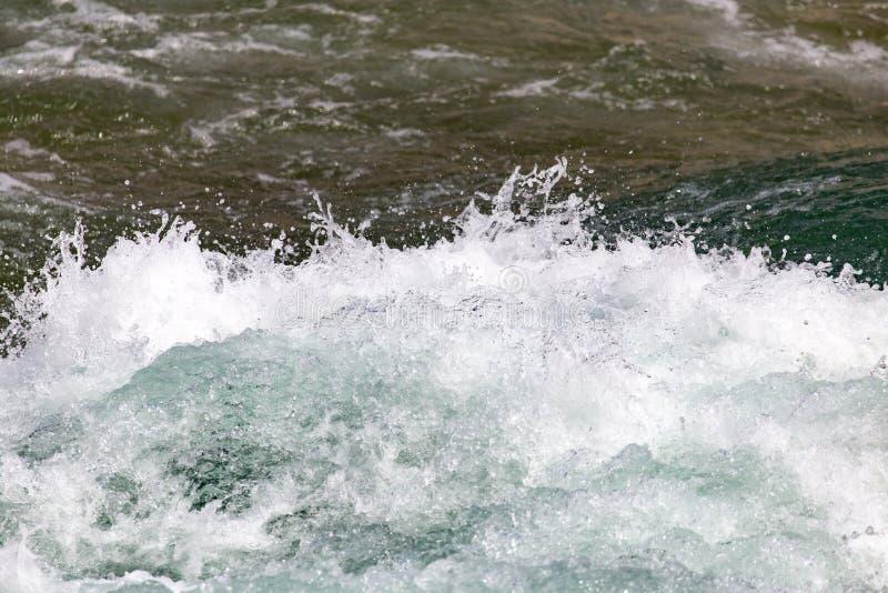 Stormachtig oceaanwater als achtergrond stock foto's