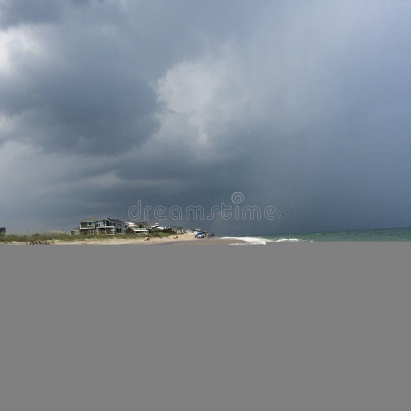 Stormachtig strand stock afbeelding