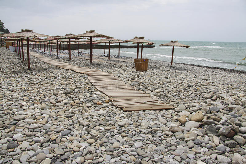 Stormachtig strand royalty-vrije stock afbeelding
