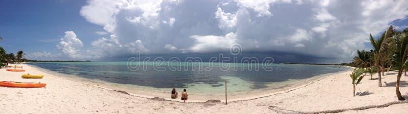 Stormachtig strand stock fotografie