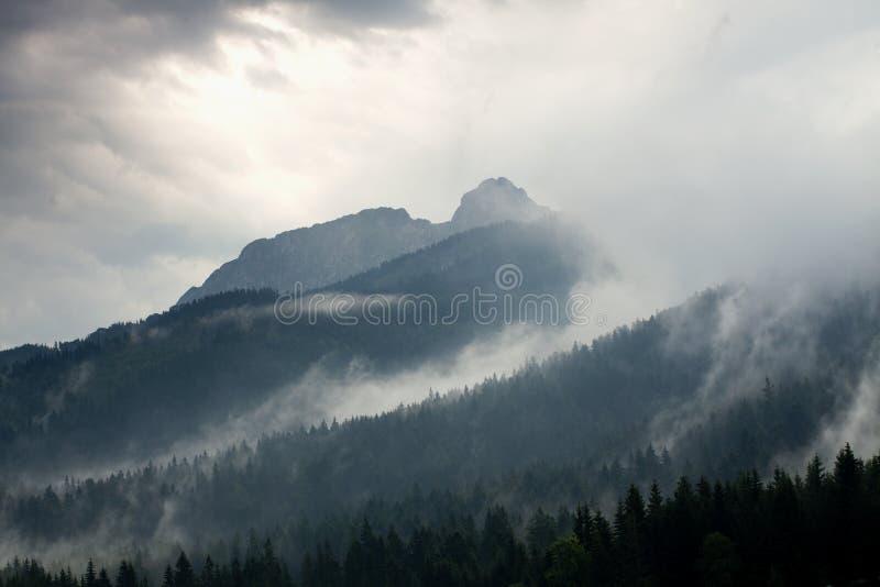 Stormachtig weer in bergen stock foto's