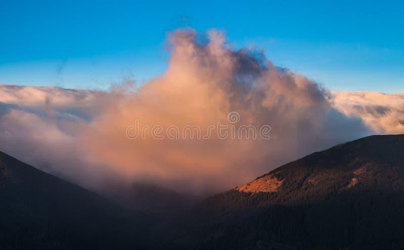 Stormachtig weer in bergen stock afbeelding