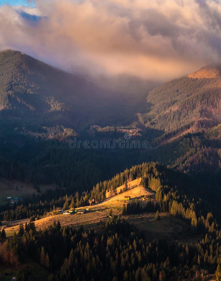 Stormachtig weer in bergen royalty-vrije stock afbeelding