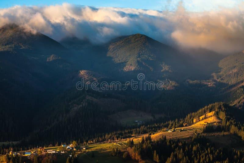 Stormachtig weer in bergen royalty-vrije stock foto