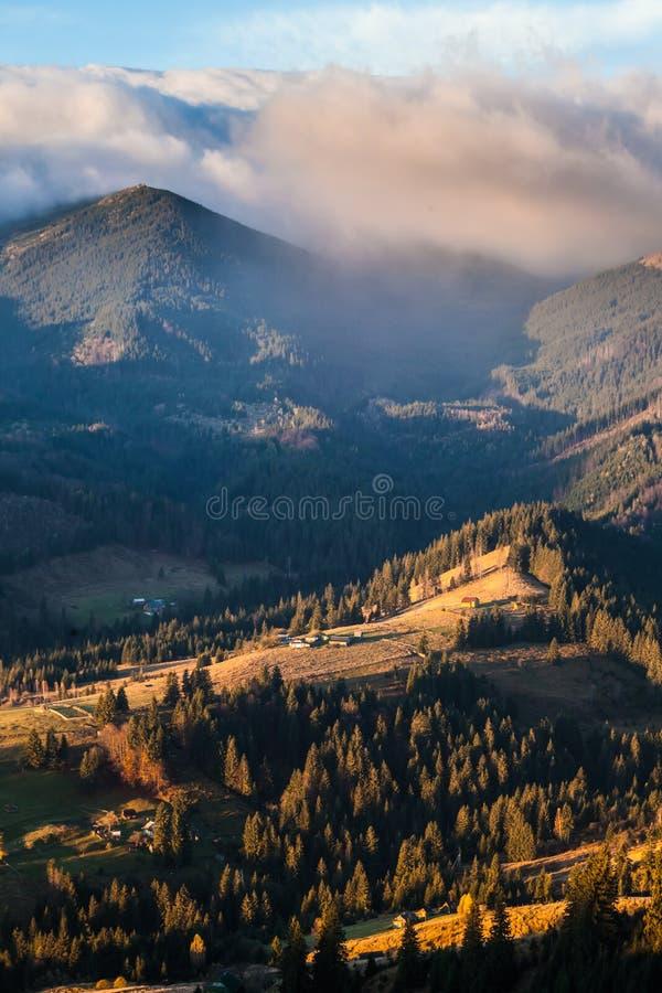 Stormachtig weer in bergen royalty-vrije stock afbeeldingen
