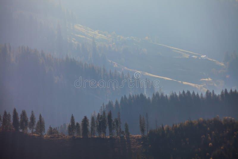 Stormachtig weer in bergen stock afbeeldingen