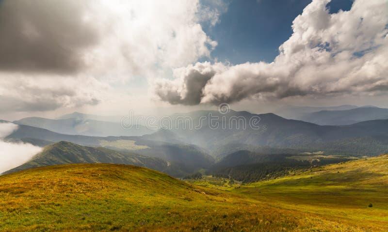 Stormachtig weer - bergen en wolken royalty-vrije stock foto's
