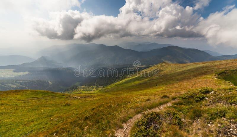 Stormachtig weer - bergen en wolken stock foto's