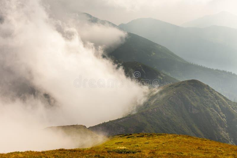 Stormachtig weer - bergen en wolken royalty-vrije stock fotografie