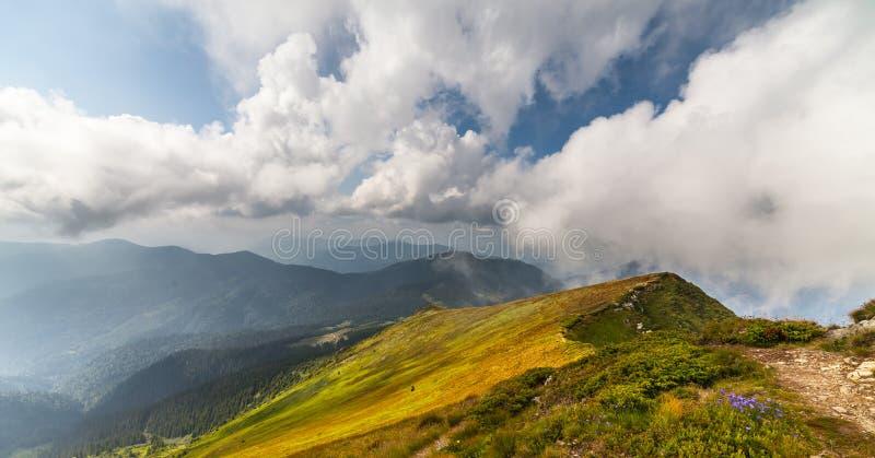 Stormachtig weer - bergen en wolken royalty-vrije stock afbeeldingen