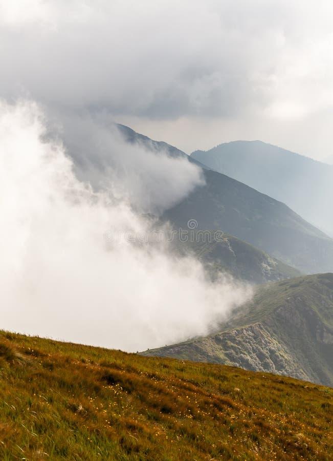Stormachtig weer - bergen en wolken royalty-vrije stock foto