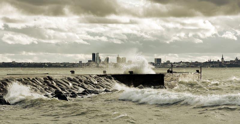 Stormachtig weer dichtbij overzees stock foto's