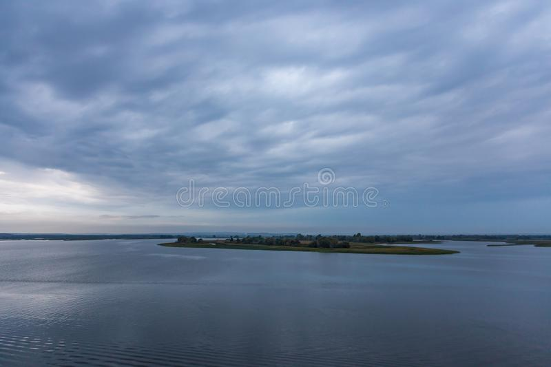 Stormachtige bewolkte hemel over de Volga Rivier dichtbij Kazan stock afbeelding