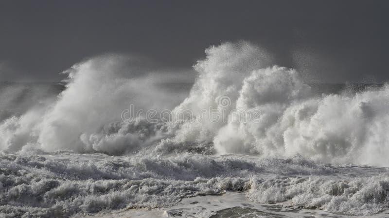 Stormachtige brekende golven stock foto