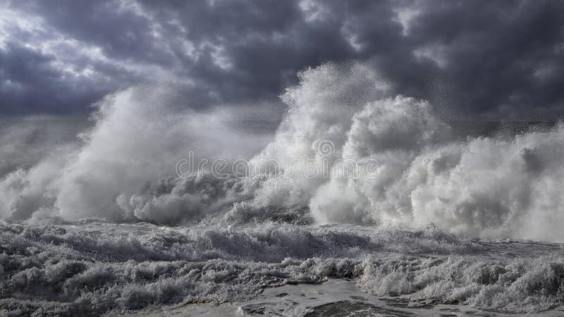 Stormachtige brekende golven stock fotografie