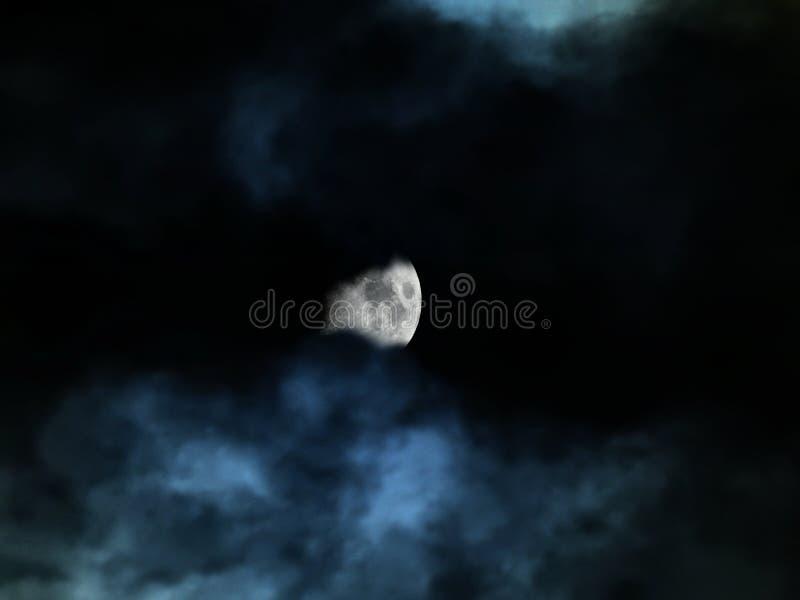Stormachtige die hemel in de duisternis van nacht en maan onder blauwe wolken wordt verborgen stock foto