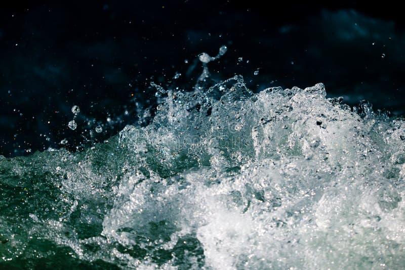 Stormachtige golven in de oceaan als achtergrond stock afbeelding