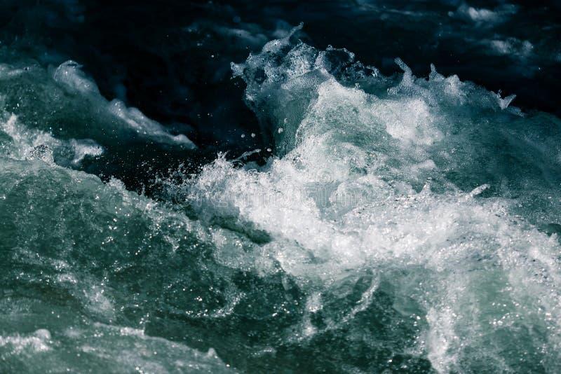 Stormachtige golven in de oceaan als achtergrond stock afbeeldingen