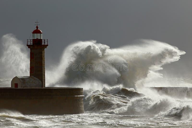 Stormachtige golven met interessant licht stock afbeeldingen