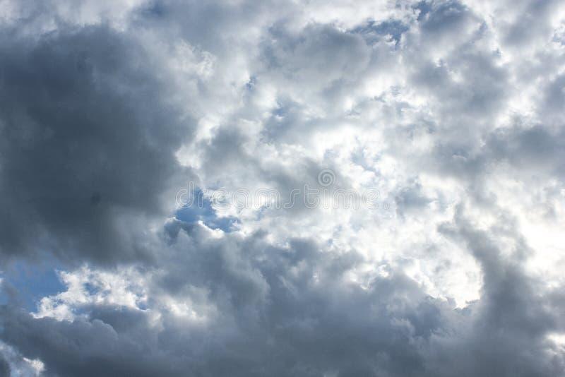Stormachtige grijze en witte cumuluswolken op blauwe hemel stock fotografie