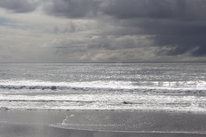 Stormachtige hemel bij het strand royalty-vrije stock afbeelding
