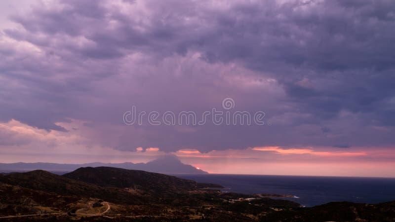 Stormachtige hemel en zonsopgang bij de berg Athos van heilige stock foto