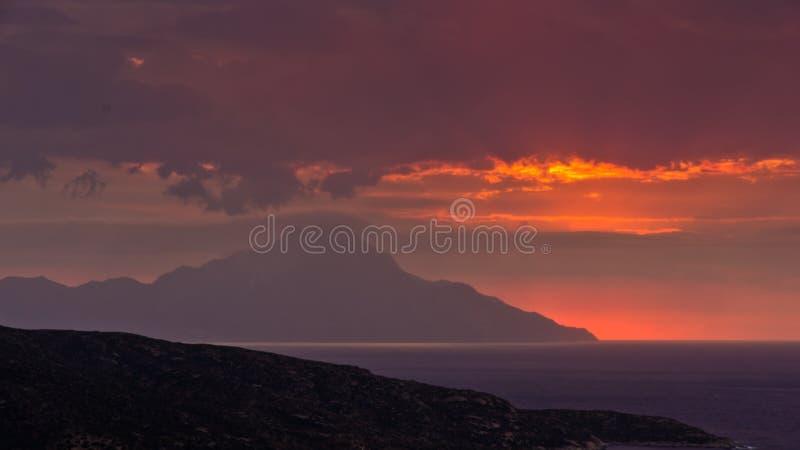 Stormachtige hemel en zonsopgang bij heilige berg Athos royalty-vrije stock fotografie
