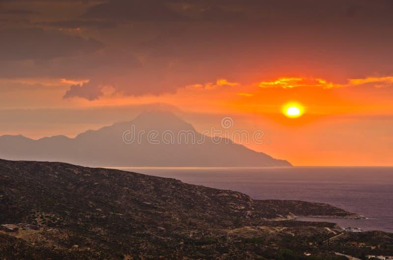 Stormachtige hemel en zonsopgang bij heilige berg Athos stock fotografie